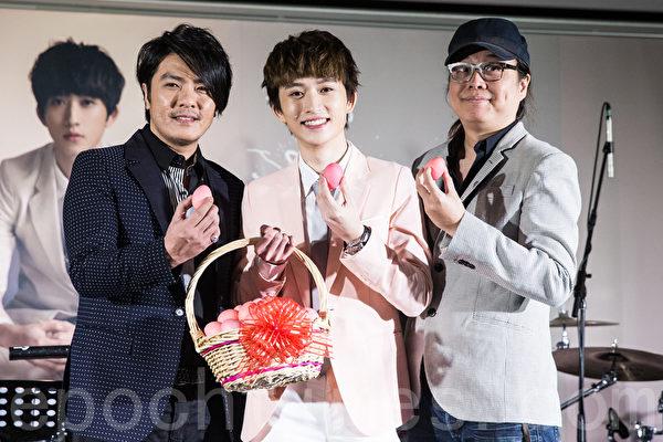 歌手邱锋泽(中)27日在台北举办专辑发片满月庆功记者会,同乡前辈阿杜(左)、制作人黄韵仁(右)到场祝贺。(陈柏州/大纪元)