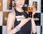 吳千語出席啤酒活動。(宋祥龍/大紀元)