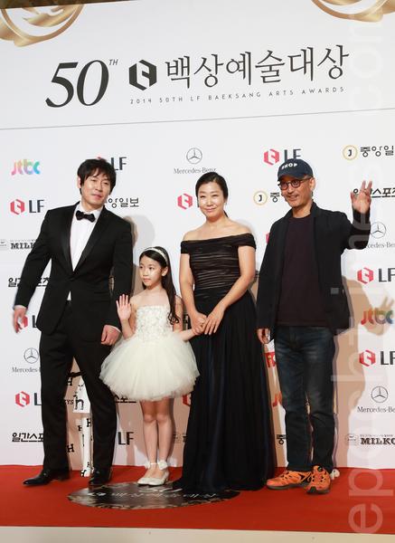 电影类最佳男主角薛景求(左一)与《素媛》剧组。(全宇/大纪元)
