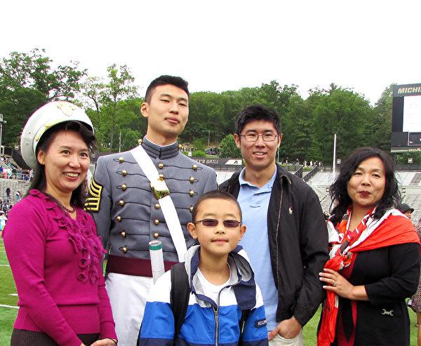 西点军校毕业生张文博(左二)与他的家人和朋友。(任倩雪/大纪元)