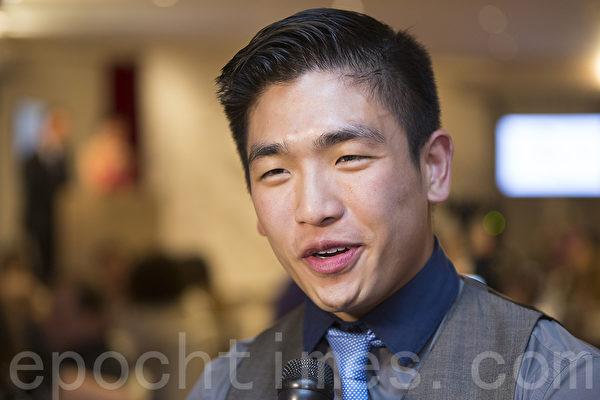 荣登《我是厨神》大赛宝座的华裔青年张华聪(Eric Chong)出席了晚宴。(艾文/大纪元)
