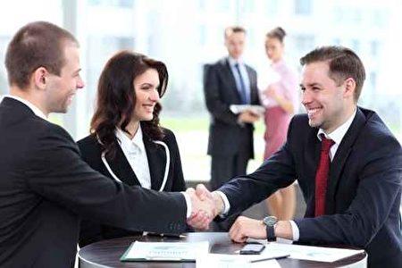 笑容在面试中非常重要,保持微笑能给面试官留下开朗的印象,而开朗的性格能够在谈话中营造值得信任的氛围。(fotolia)