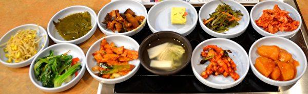 丰盛的韩式小蝶菜。(良克霖/大纪元)