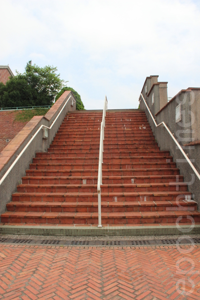 人字砖纵深上阶梯。(谢月琴/大纪元)