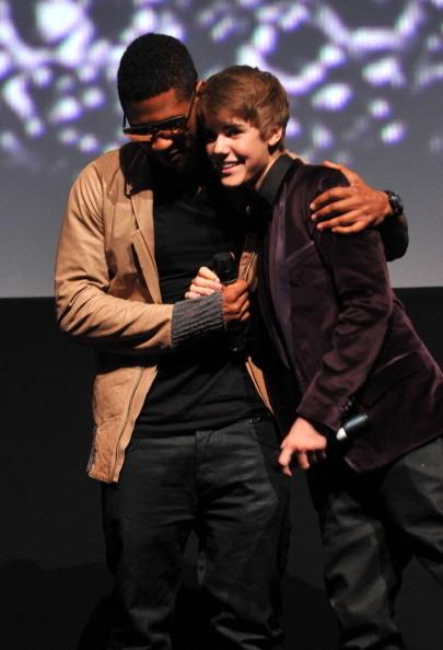 2011年亚瑟小子(左)出席小贾斯汀首部粉丝音乐纪录片首映式时与之合影。(Alberto E. Rodriguez/Getty Images)
