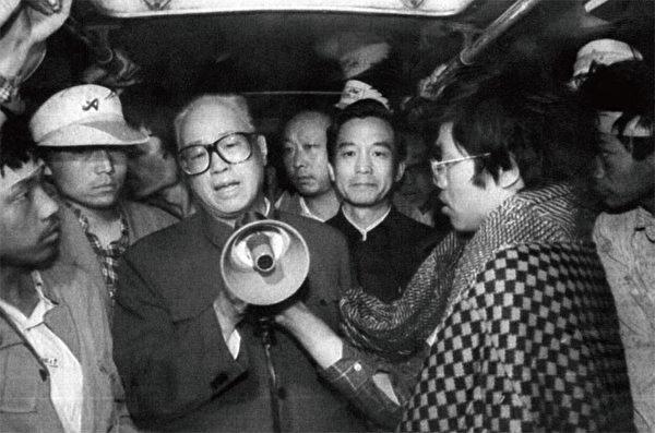 1989年5月19日赵紫阳在六四前夕前往广场向学生喊话,表达他的无奈和对学生自身安危的担心。右后方站立的即为当时中央办公室主任温家宝。(AFP)