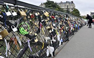 横跨法国巴黎塞纳河的艺术桥(Pont des Arts)上的爱情锁。(BORIS HORVAT/AFP)