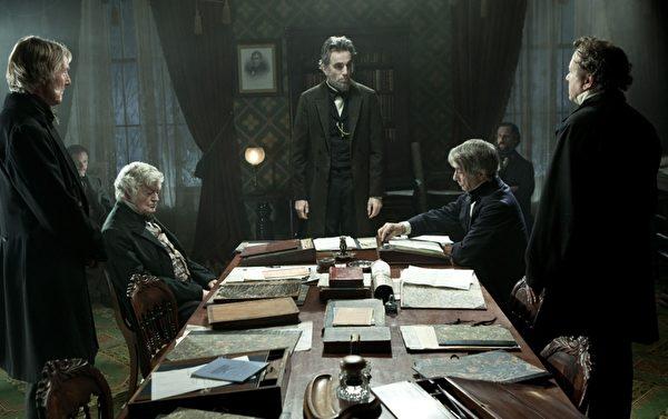 由史蒂芬‧斯皮爾伯格執導的史詩鉅片《林肯》劇照,中為丹尼爾•戴−劉易斯飾演的林肯總統。(福斯提供)