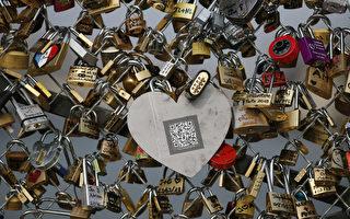 来到巴黎,一些情侣总是不愿错过在桥栏杆、栅栏或其他建筑上悬挂爱情锁。(AFP PHOTO / PHOTO KENZO TRIBOUILLARD)