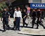 6月21日早晨,新疆喀什地區葉城縣發生駕車衝撞公安局及爆炸事件。中共官方報導稱,警方當場開槍打死13人。圖為,2013年7·5事件周年前,新疆烏魯木齊街頭滿布軍警。(MARK RALSTON/AFP/Getty Images)