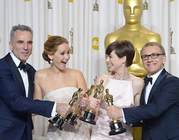 2013年2月24日,第85屆奧斯卡頒獎典禮後,影帝丹尼爾•戴−劉易斯(左)與影后珍妮佛・勞倫斯、最佳女配角安妮・海瑟威、最佳男配角克里斯多夫・瓦茲合影。(JOE KLAMAR / AFP)