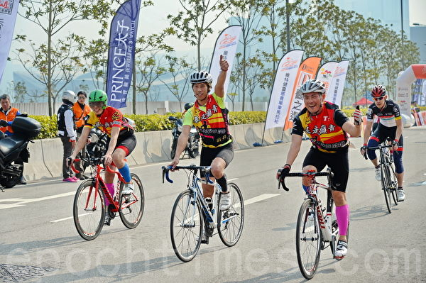"""单车向来是香港人喜欢的运动之一,图为""""维特健灵慈善单车马拉松2014""""于中环举行,赛事吸引逾千名香港市民及来自世界各地的单车爱好者参加。(宋祥龙/大纪元)"""