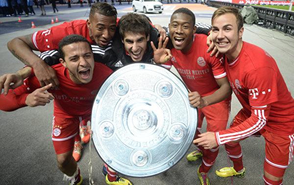 德甲联赛第27轮拜仁在客场以3-1击败柏林赫塔,赛后队员们欢庆球队提前七轮卫冕冠军。(JOHANNES EISELE/AFP)