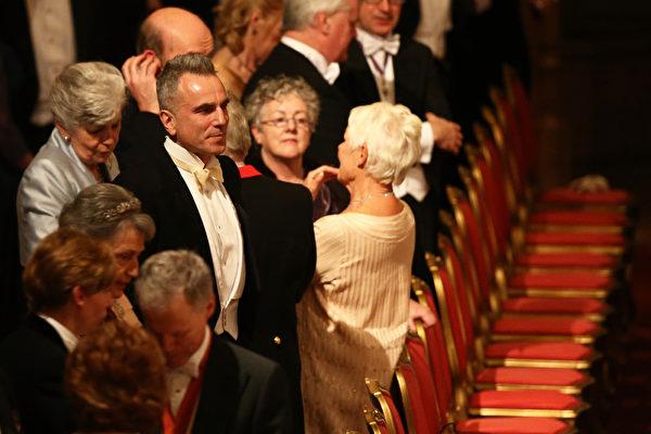 2014年4月8日,英國女王在溫莎城堡設國宴款待愛爾蘭總統希金斯,奧斯卡影帝、英國演員丹尼爾•戴−劉易斯(中)也出席其中。(DAN KITWOOD/AFP)