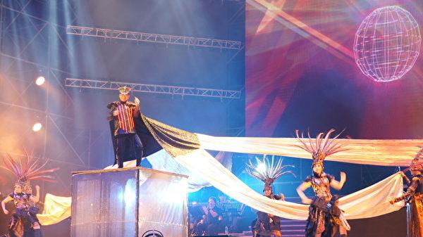 蔡小虎5月31日在高雄开唱,他身穿LED战袍站在三层楼高的升降台上,演唱《春夏秋冬》、《爱人醉落去》、《心所爱的人》等多首成名曲。(创义行销提供)