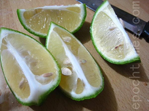 檸檬洗淨後,用水果刀像切柳丁一樣,縱切成四小片。(攝影:楊美琴/大紀元)
