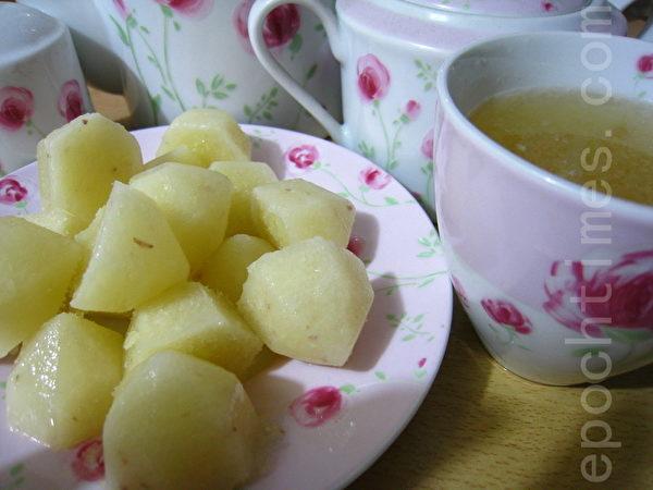 炎炎夏日在冰水壺裡加入幾顆檸檬原汁,再加上蜂蜜,極消暑!(攝影:楊美琴/大紀元)