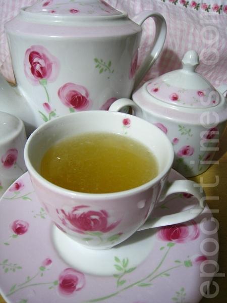 喝柠檬汁有益健康,又可美容养颜。(摄影:杨美琴/大纪元)