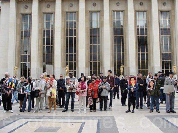 2014年6月1日巴黎人權廣場舉行「六四」25週年活動,活動現場的民眾(李婉清/大紀元)