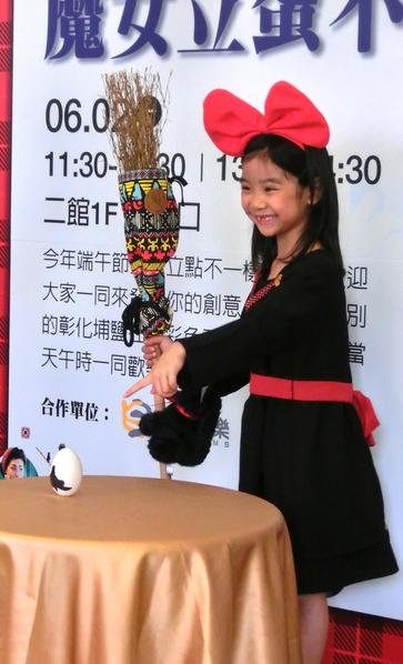 """童星乔乔在端午节当天中午进行""""魔法立蛋""""活动。(华映提供)"""