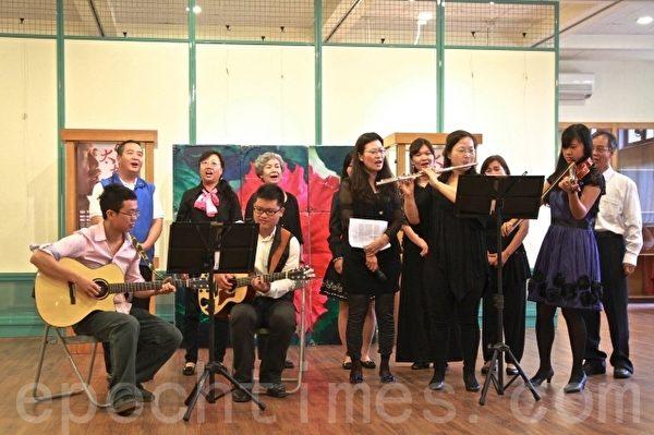 """快乐音符中心的音乐人传唱李泰祥的经典名作""""橄榄树""""。(后左1为镇长徐定桢)(许享富 /大纪元)"""