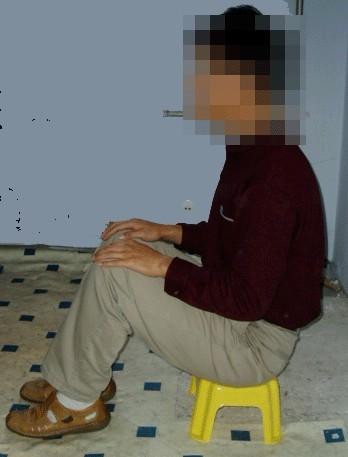 酷刑演示:强制坐小凳子上