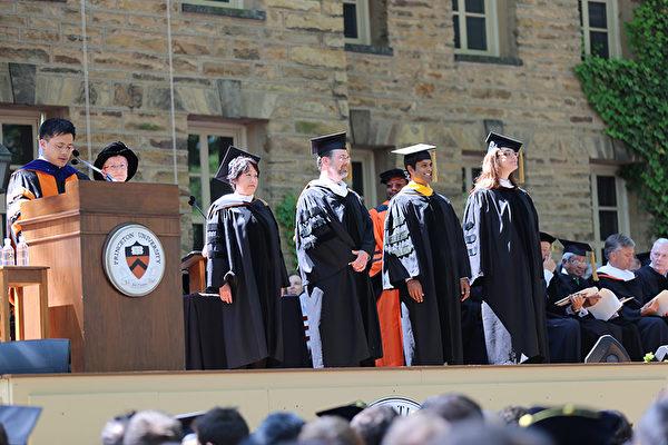 普林斯顿大学2014年毕业典礼-教务长大卫·李(在讲台)赞扬四个新泽西州学校的教师均确认为优秀教师:(右起):克里斯塔科德斯,卢克德,丹尼尔Foerg-Spittel和李丽丽。(大纪元/GuangxunLi)