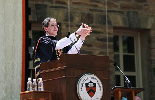 普林斯顿大学2014年毕业典礼-校长Princeton President Christopher L. Eisgruber发表演说 (大纪元/GuangxunLi)