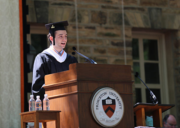 普林斯顿大学2014年毕业典礼-Alexander Iriza,主修数学,用拉丁语致欢迎词- 一个传统,可追溯至1748年普林斯顿大学历史最悠久的学生的荣誉。(大纪元/GuangxunLi)