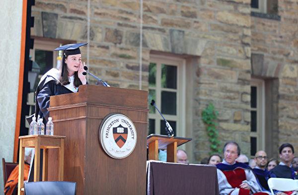 """普林斯顿大学2014年毕业典礼--来自佛罗里达的毕业生代表,计算机科学专业的Katherine Pogrebniak发表告别演说,告诉她的同龄人,这是他们的时间来""""冒险进入未知的,并创建一个新的路径。""""(大纪元/GuangxunLi)"""