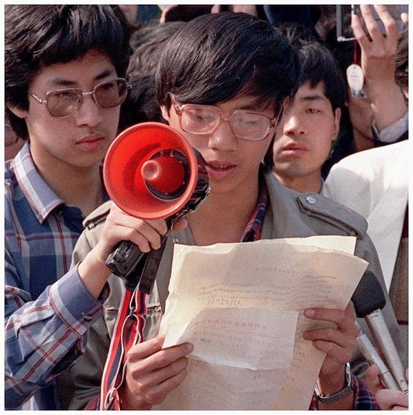 """1989年5月1日,北京,""""北高联""""学生领袖王丹(中)召开中外记者会,发表一连串公开信争取民主自由。(C. HENRIETTE/AFP/Getty Images)"""