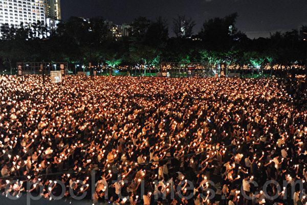 六四25週年,18萬人到維多利亞公園參加燭光悼念晚會。(孫青天/大紀元)