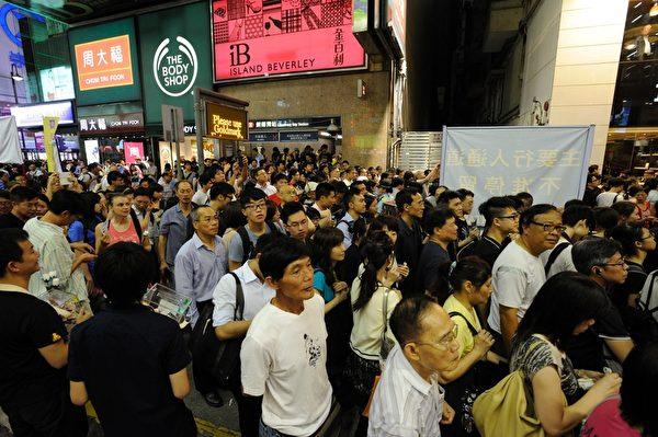 2014年6月4日晚,香港18万市民参加支联会举办的烛光集会,悼念1989年6月4日在北京天安门被屠杀的中国人,呼吁结束一党专政,平反六四。 图为市民进场时情况。(文翰林/大纪元)