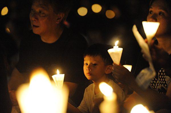 2014年6月4日晚,香港18萬市民參加支聯會舉辦的燭光集會,悼念1989年6月4日在北京天安門被屠殺的中國人,呼籲結束一黨專政,平反六四。(文瀚林/大紀元)
