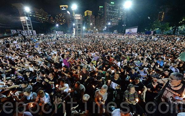 支聯會晚上在維園舉行六四燭光集會,大約超過18萬人參與集會,呼籲結束一黨專政,平反六四。(宋祥龍/大紀元)