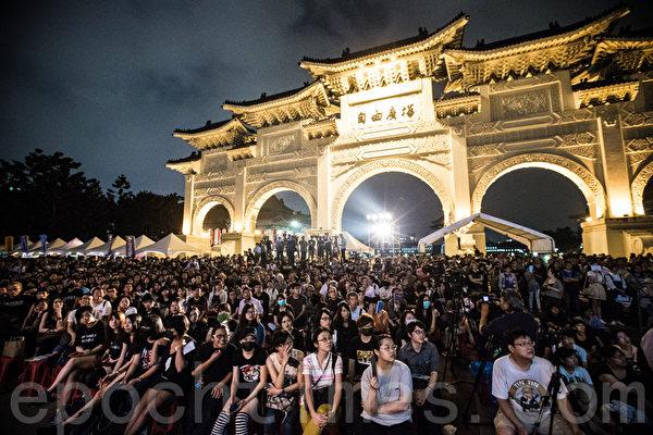 """""""路过天安门,人人坦克人""""晚会4日在自由广场举行,上千位民众到场参与。(陈柏州/大纪元)"""