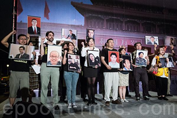 """""""路过天安门,人人坦克人""""晚会4日在自由广场举行,台湾NGO分别拿着律师高智晟等人照片,向中国喊话""""释放良心犯、人权站起来""""。(陈柏州/大纪元)"""