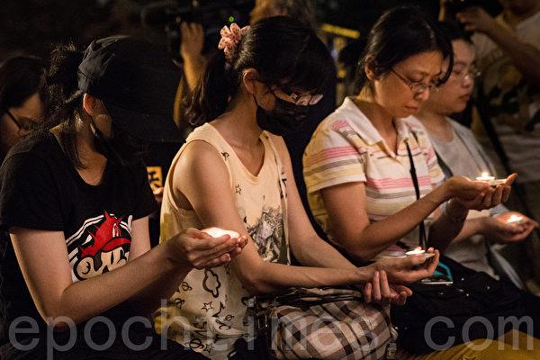 """""""路过天安门,人人坦克人""""晚会4日在自由广场举行,民众点燃手中的烛光,悼念1989年6月4日在北京天安门被屠杀的中国人。(陈柏州/大纪元)"""