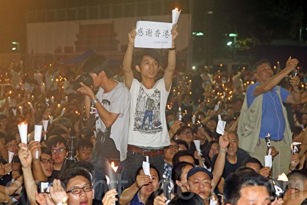 香港支聯會6月4日晚在維多利亞公園舉行六四燭光集會,大會宣布超過18萬人參加,是歷年來最多,支聯會呼籲民眾一起攜手平反六四,結束中共一黨專政。(潘在殊/大紀元)