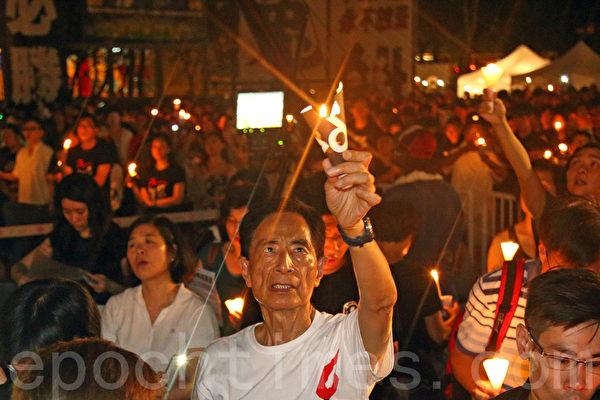 香港支聯會6月4日晚在維多利亞公園舉行六四燭光集會,大會宣布超過18萬人參加,是歷年來最多,支聯會呼籲民眾一起攜手平反六四,結束中共一黨專政,圖為民主黨元老李柱銘。(潘在殊/大紀元)