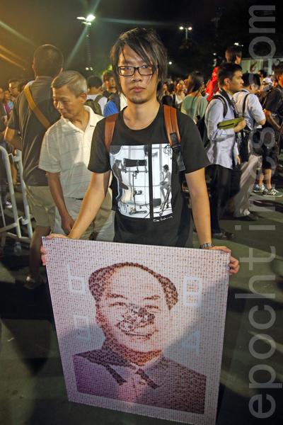 香港支聯會6月4日晚在維多利亞公園舉行六四燭光集會,大會宣布超過18萬人參加,是歷年來最多,支聯會呼籲民眾一起攜手平反六四,結束中共一黨專政,有市民創作諷刺毛澤東的畫像參加集會。(潘在殊/大紀元)