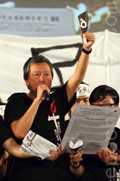 香港支聯會6月4日晚在維多利亞公園舉行六四燭光集會,大會宣布超過18萬人參加,是歷年來最多,支聯會呼籲民眾一起攜手平反六四,結束中共一黨專政,圖為支聯會主席李卓人。(潘在殊/大紀元)