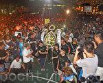 香港支联会6月4日晚在维多利亚公园举行六四烛光集会,大会宣布超过18万人参加,是历年来最多,支联会呼吁民众一起携手平反六四,结束中共一党专政,集会以默哀献花开始。(潘在殊/大纪元)