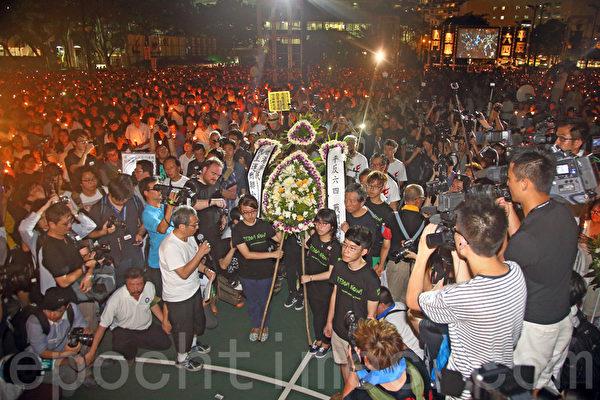 香港支聯會6月4日晚在維多利亞公園舉行六四燭光集會,大會宣布超過18萬人參加,是歷年來最多,支聯會呼籲民眾一起攜手平反六四,結束中共一黨專政,集會以默哀獻花開始。(潘在殊/大紀元)