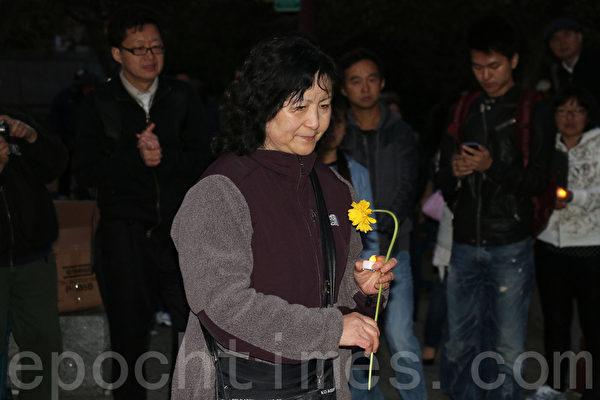 音乐会后民众向民主女神像献花。(曹景哲/大纪元)