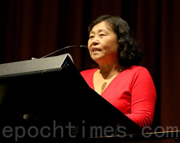 來自上海的女作家孫寶強。(何蔚/大紀元)
