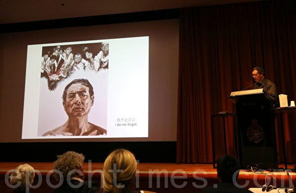 王旭和他的作品 「我不會忘記」。(何蔚/大紀元)