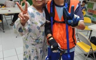 70歲的陳奶奶(左)說,「孩子們穿上彭祖裝好可愛,這樣的趣味競賽很新鮮、很好玩! 」(弘道基金會提供)