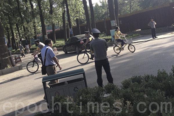圖說:6月3日,北京清華大學附近街上,警察人數多過平民。(周鋒鎖提供)