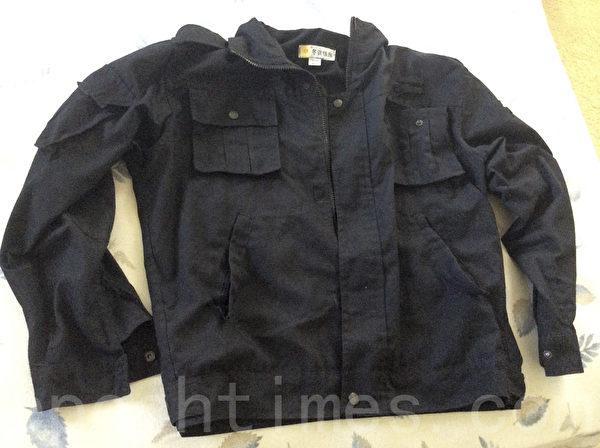 圖說:周鋒鎖為了紀念六四穿的是黑衣服,臨走時錯拿了這件黑色警察服。後來要還給警察,警察不收。(周鋒鎖提供)